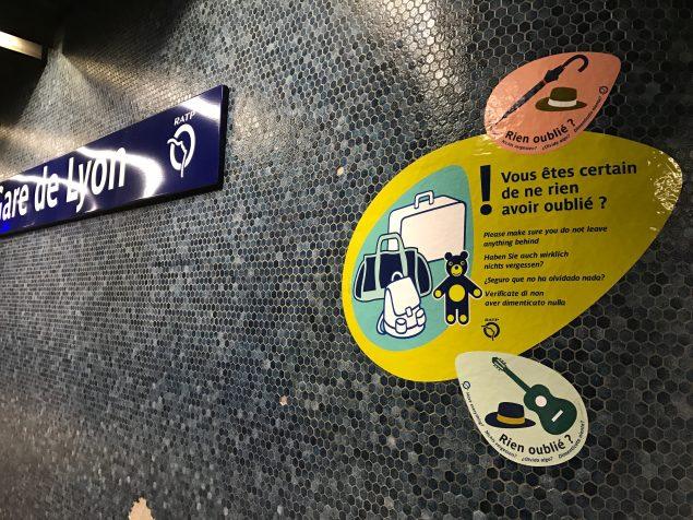 Une nouvelle signalétique provisoire de sensibilisation et de vigilance aux colis abandonnés a été installée début décembre dans les gares les plus touchées de la ligne A : Marne-la-Vallée – Chessy, Nation, Gare de Lyon, La Défense, Saint-Germain-en-Laye.