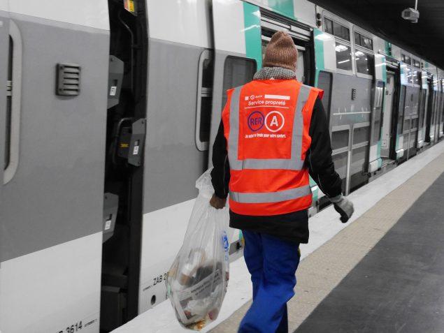 L'un des agents chargé du nettoyage en gare de Nanterre