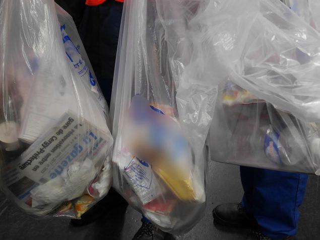 Les détritus retrouvés dans les trains le temps d'un arrêt à Nanterre Préfecture