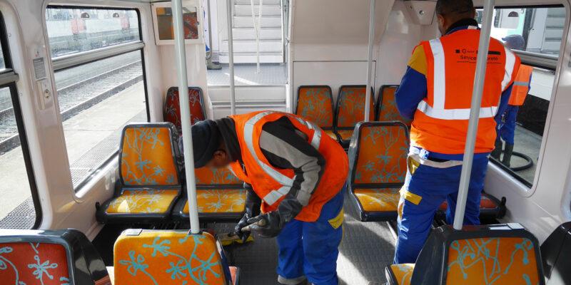 Le nettoyage d'un train à Rueil
