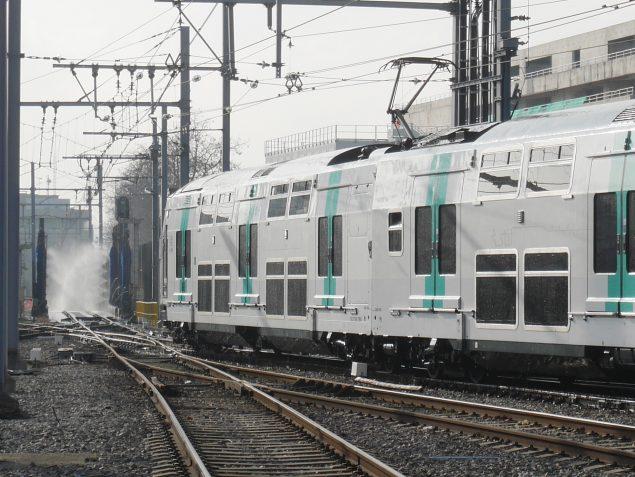 Pour passer dans la machine, le train roule à 3 km/h, c'est donc assez rapide. En un peu plus de 5 minutes, il ressort tout propre.