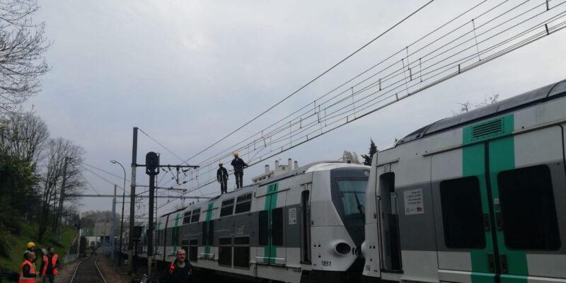 Intervention d'experts sur un train du RER A suite à une chute caténaire: eux seuls sont habilités à monter sur le toit du train, dans le strict respect des mesures de sécurité.