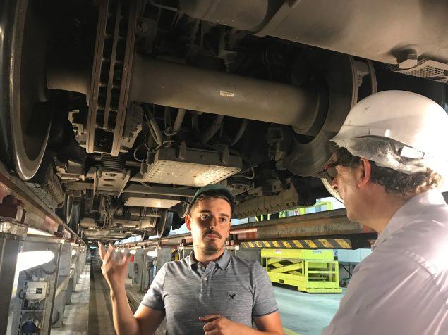 Sur la ligne A, chaque train est composé de cinq voitures, pour une longueur de 112 mètres et 4,32 mètres de hauteur. Ils pèsent environ 285 tonnes. Pour accéder au-dessous du train, des fosses sont accessibles sous les voies sur pilotis. Nos visiteurs se sont montrés très impressionnés par cette étape de la visite, comme Rémi : « Si la toiture est facile à imaginer, tout ce qui se passe sous le train, c'est assez exceptionnel de pouvoir le voir : l'attelage, les bogies, tous les systèmes liés à la signalisation, au freinage, au pilotage automatique… C'est vraiment très impressionnant ! »