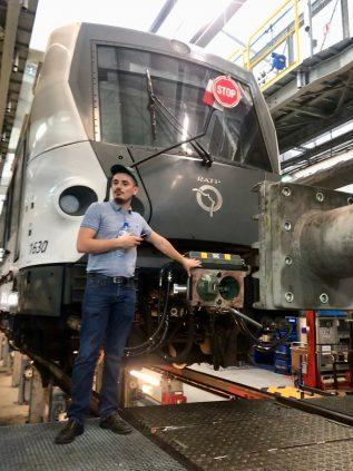 « Je souhaitais découvrir comment se passe la maintenance du RER A, m'explique Théo. Cette visite m'a fait réaliser que ce n'est pas une opération anodine, y compris pour l'attelage de deux trains ! ». En effet, sur la ligne A, généralement on fait circuler deux trains attelés. Bien évidemment, le couplement de deux éléments ne se fait pas au hasard : le conducteur approche très lentement un train vers l'autre et le couplement se fait automatiquement. Il relie les deux trains à la fois électroniquement et pneumatiquement.